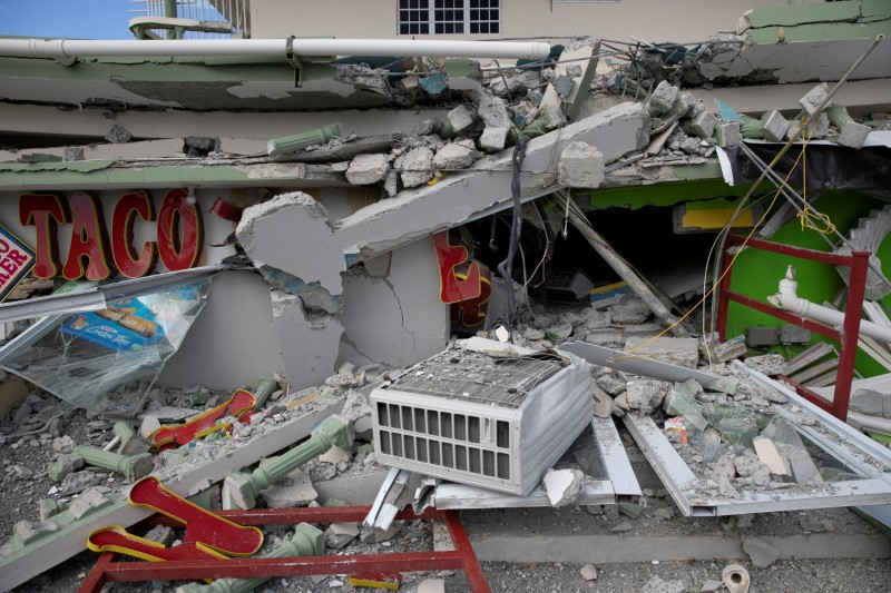 © Reuters. FILE PHOTO: A collapsed shop is seen after an earthquake in Guanica, Puerto Rico
