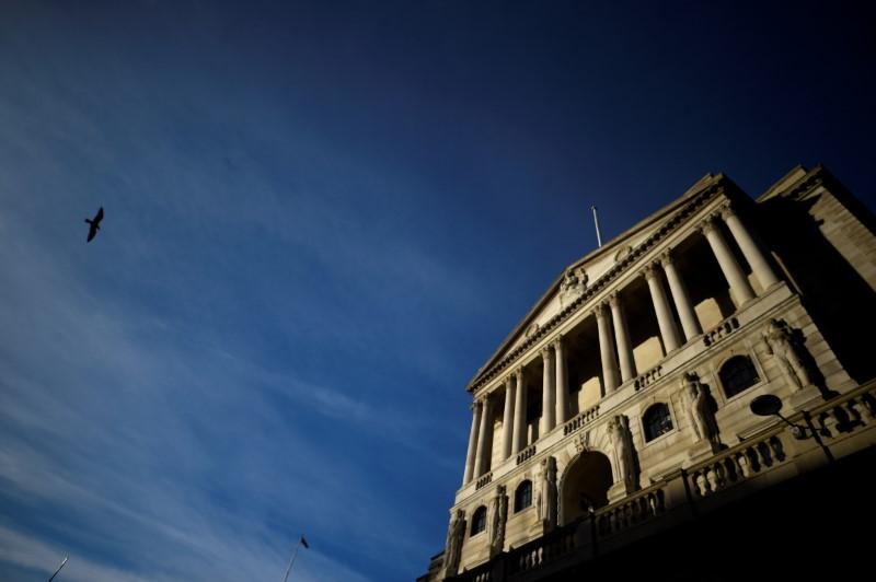 © Reuters. Un pájaro pasa volando el Banco de Inglaterra en la ciudad de Londres.