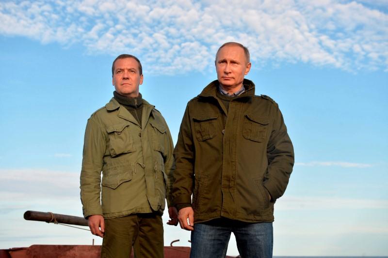 © Reuters. FOTO DE ARCHIVO: El presidente ruso Putin y el primer ministro Medvedev son vistos durante su reunión en la isla de Lipno en la región de Novgorod