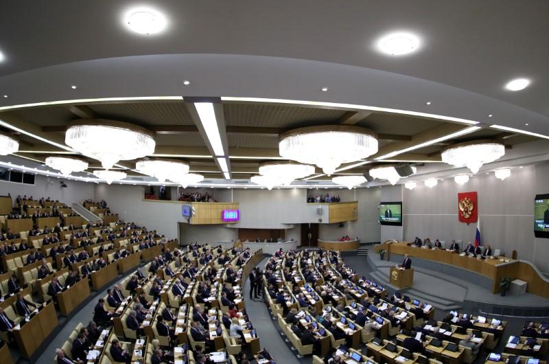 © Reuters. Legisladores rusos asisten a una sesión de la Duma Estatal en Moscú