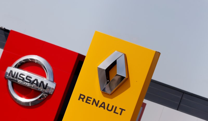 © Reuters. FILE PHOTO: The logos of car manufacturers Renault and Nissan are seen in front of dealerships of the companies in Reims