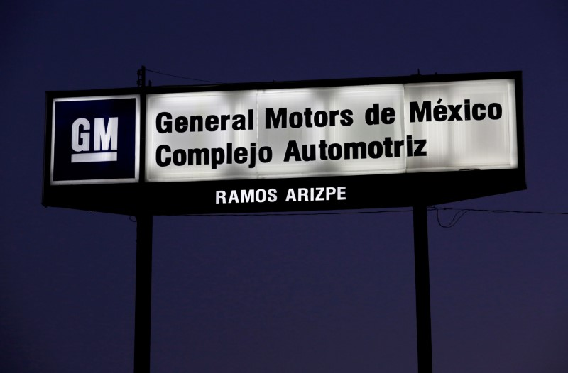 © Reuters. FILE PHOTO: The GM logo is seen at the General Motors Assembly Plant in Ramos Arispe