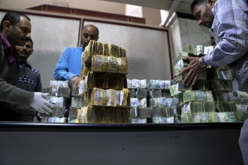 © Reuters. Employees count bundles of newly issued Yemeni Riyal bank notes at the Central Bank of Yemen in Sanaa