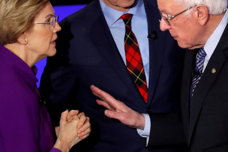 © Reuters. FILE PHOTO: Democratic 2020 U.S. presidential candidates Senator Elizabeth Warren speaks with Senator Bernie Sanders after the seventh Democratic 2020 presidential debate at Drake University in Des Moines