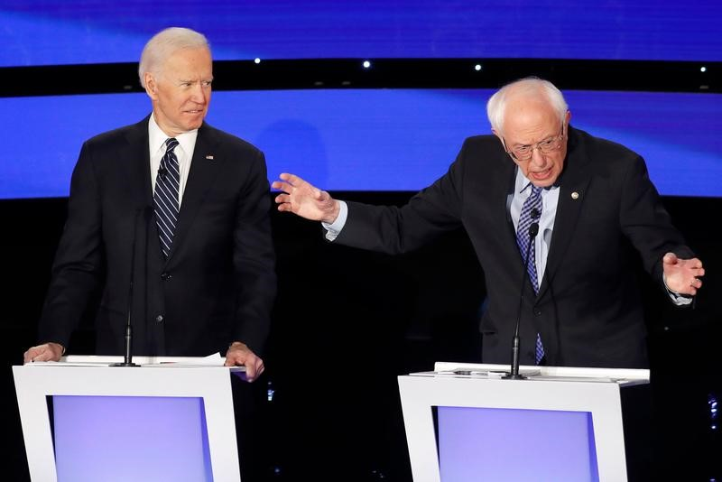 © Reuters. Democratic 2020 U.S. presidential candidates former Vice President Joe Biden listens to Senator Bernie Sanders at the seventh Democratic 2020 presidential debate at Drake University in Des Moines