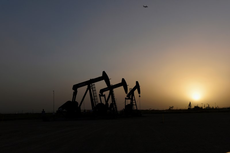 © Reuters. Pump jacks operate at sunset in Midland