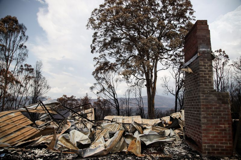 © Reuters. Rubble are seen at a property damaged by bushfires in Kangaroo Valley, Australia