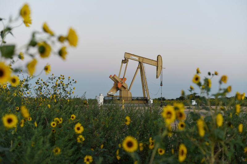 Нефть снижается из-за ослабления опасений о сбоях поставок