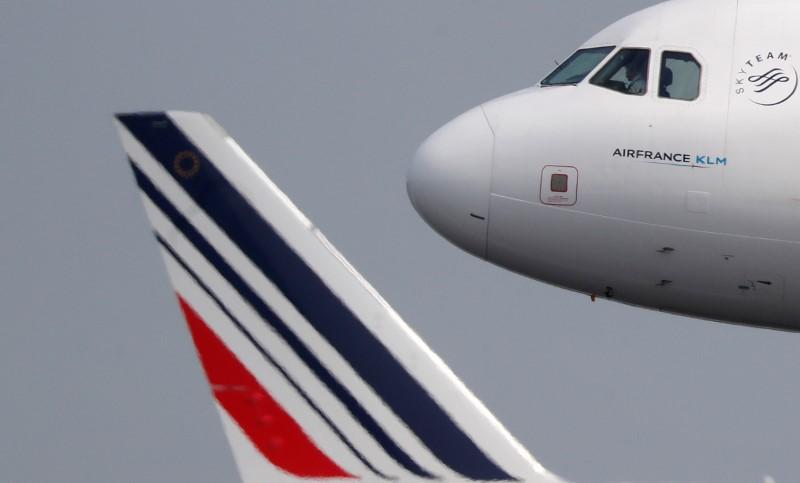 © Reuters. Aeronave Airbus A321 durante procedimento de pouso no aeroporto Charles-de-Gaulle, em Paris