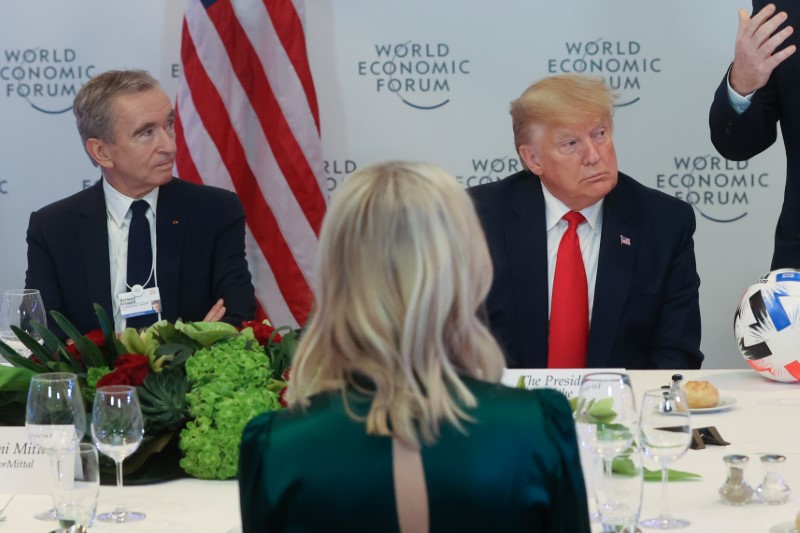 © Reuters. LVMH CEO Arnault sits with U.S. President Trump during a dinner for corporate chief executives alongside the World Economic Forum in Davos, Switzerland