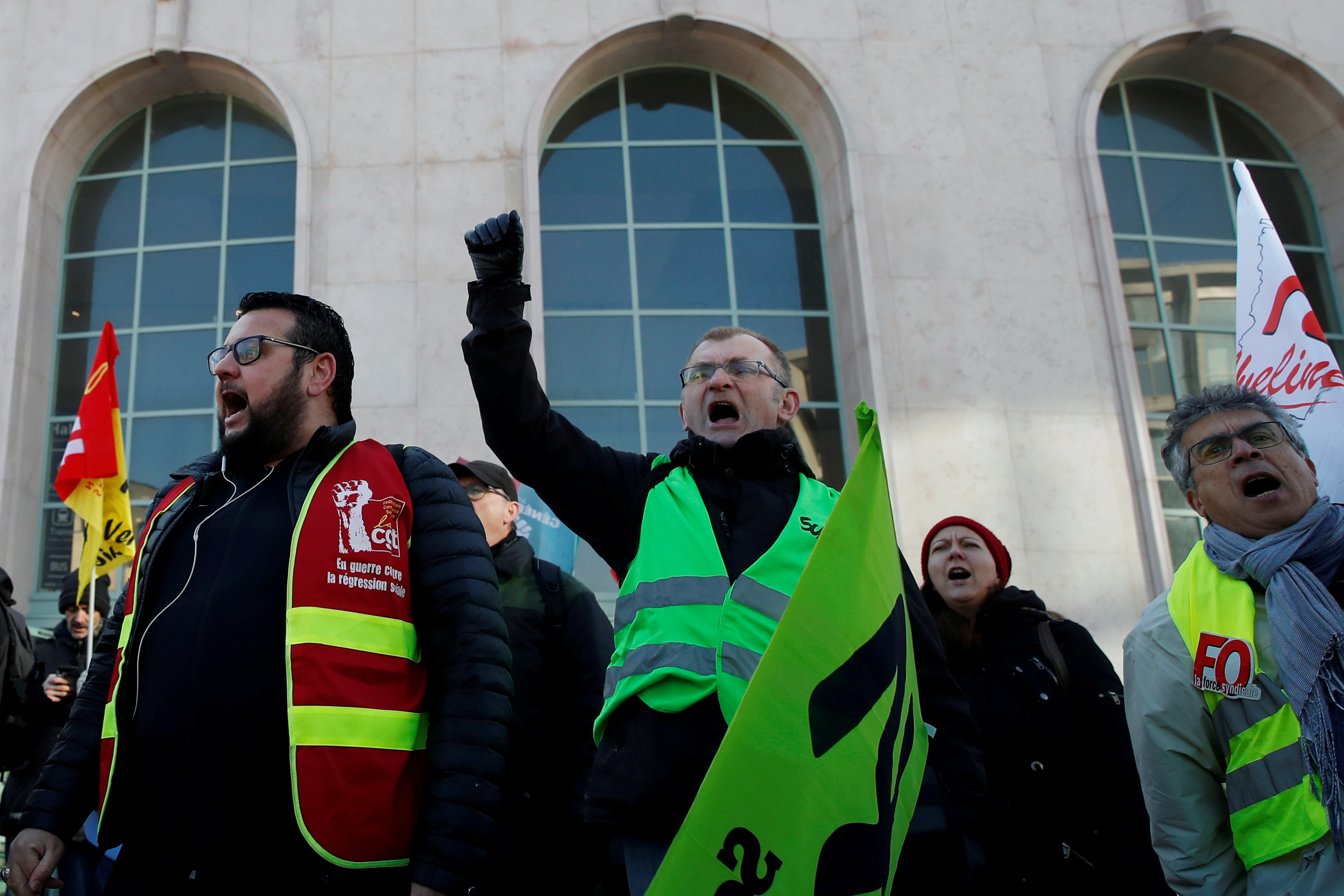 © Reuters. FILE PHOTO: Striking workers demonstrate in Versailles as France faces its 47th day of strikes