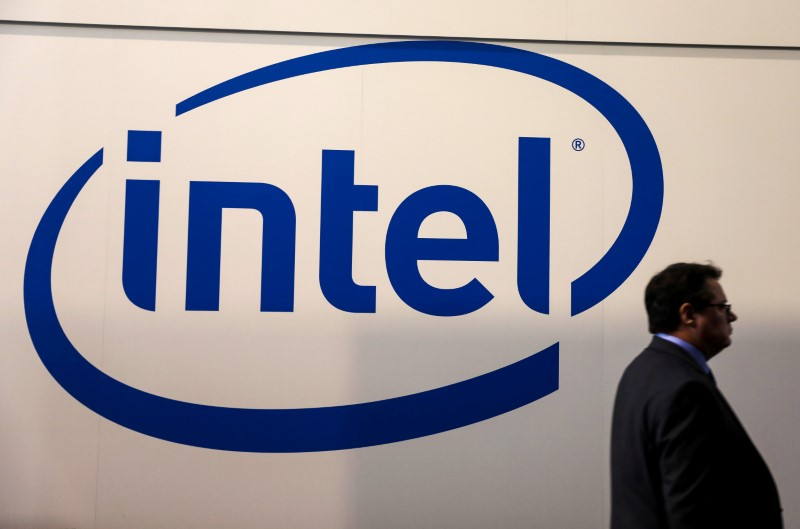 © Reuters. FILE PHOTO: A visitor passes an Intel logo at the Mobile World Congress in Barcelona