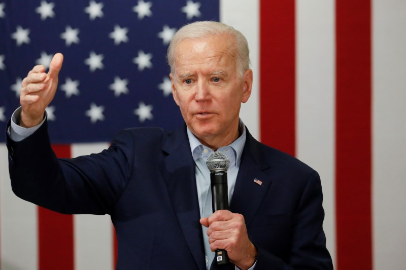 © Reuters. Democratic 2020 U.S. presidential candidate and former U.S. Vice President Joe Biden speaks at a campaign event at the VFW Post 7920 in Osage, Iowa