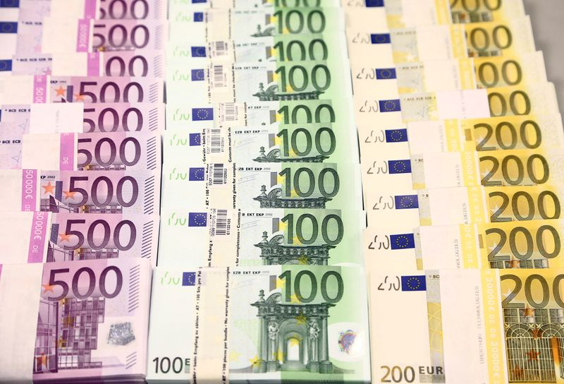 © Reuters. Euro currency bills are pictured at the Croatian National Bank in Zagreb