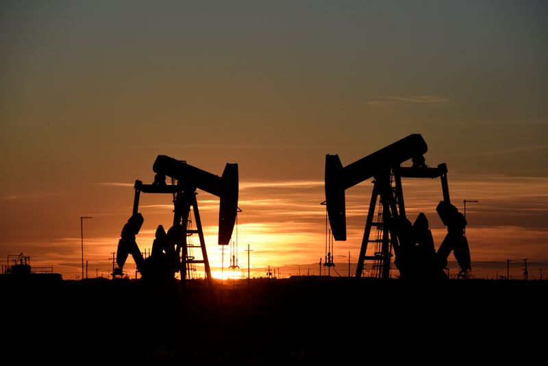 © Reuters. Pump jacks operate at sunset in an oil field in Midland