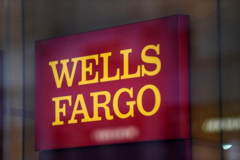 © Reuters. A Wells Fargo logo is seen in New York City