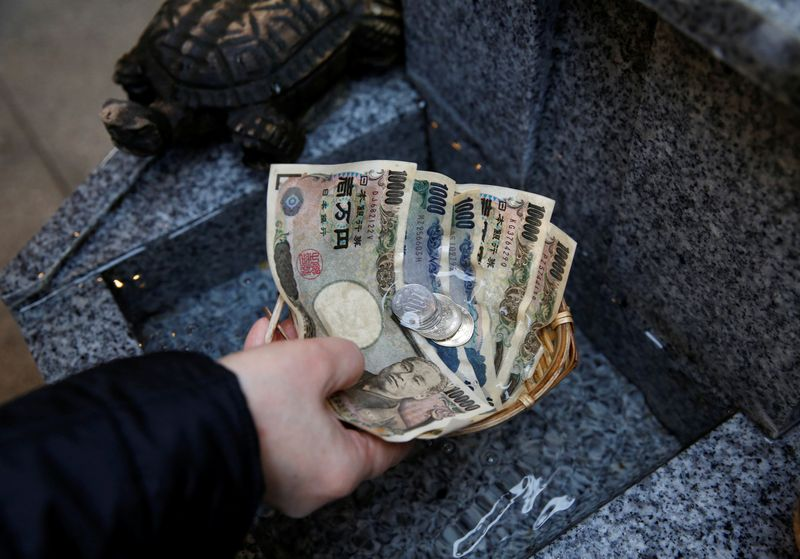 Yen gains, yuan skids as China virus fears grow amid rising death toll