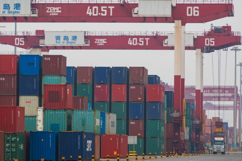 © Reuters. Containers are seen at a port in Qingdao, Shandong
