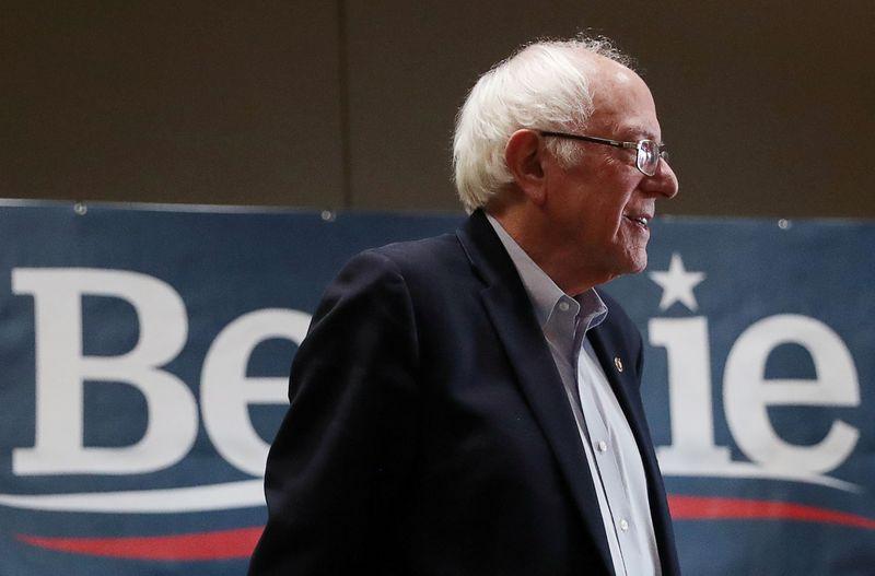 © Reuters. FILE PHOTO: Democratic 2020 U.S. presidential candidate Sanders campaigns in Storm Lake, Iowa