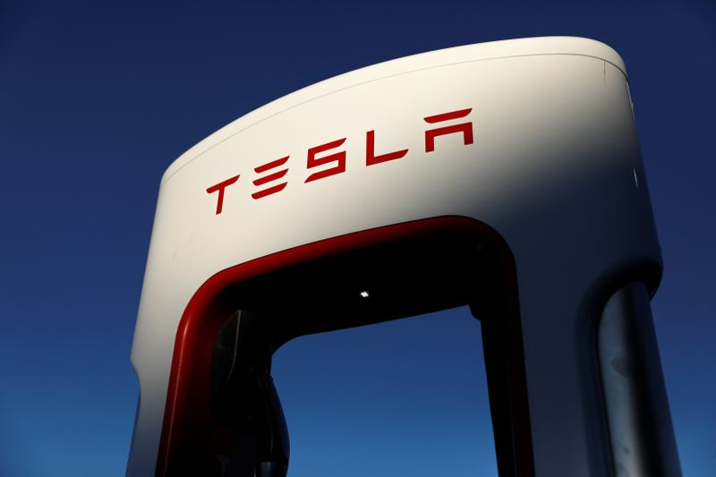 © Reuters. Tesla super chargers are shown in Mojave, California