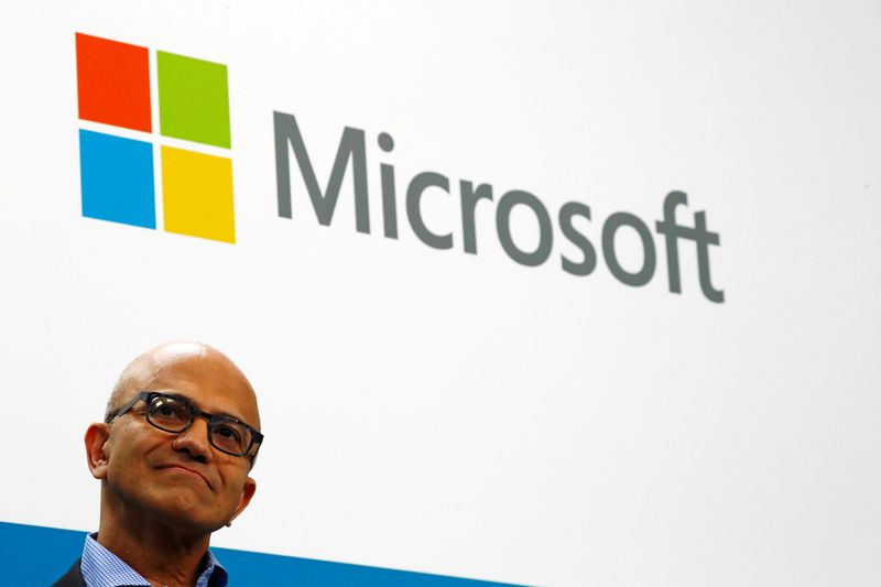 © Reuters. FILE PHOTO: Microsoft CEO Satya Nadella addresses a news conference in Berlin