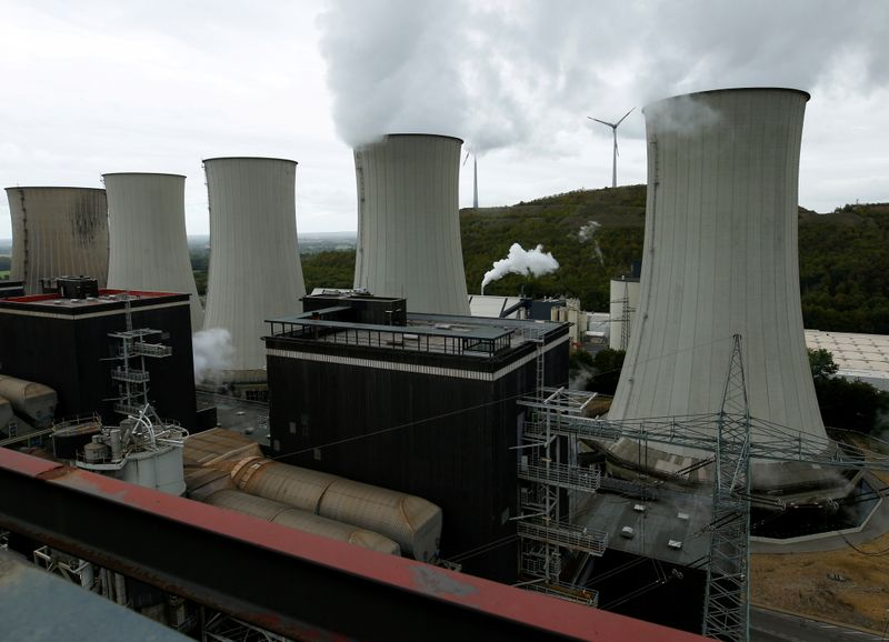© Reuters. FILE PHOTO: The coal power plant Scholven of German energy utility company Uniper is pictured in Gelsenkirchen