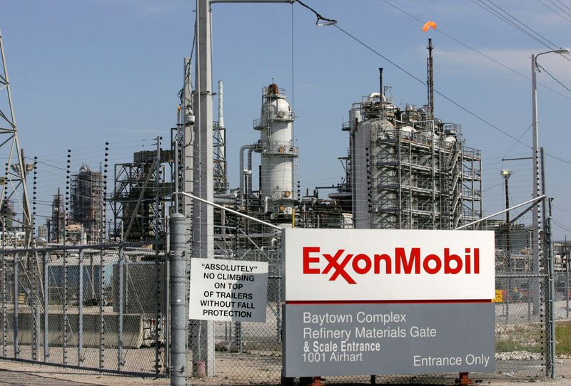 © Reuters. FILE PHOTO: View of the Exxon Mobil refinery in Baytown, Texas