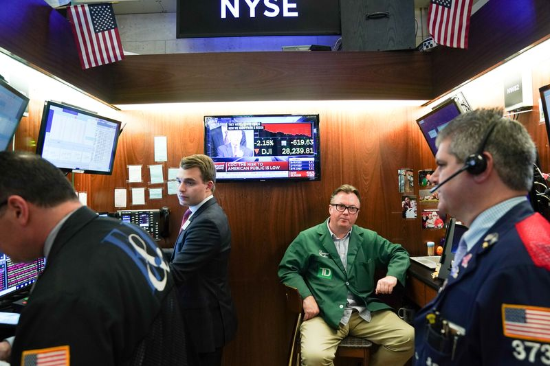 © Reuters. Traders work at the New York Stock Exchange