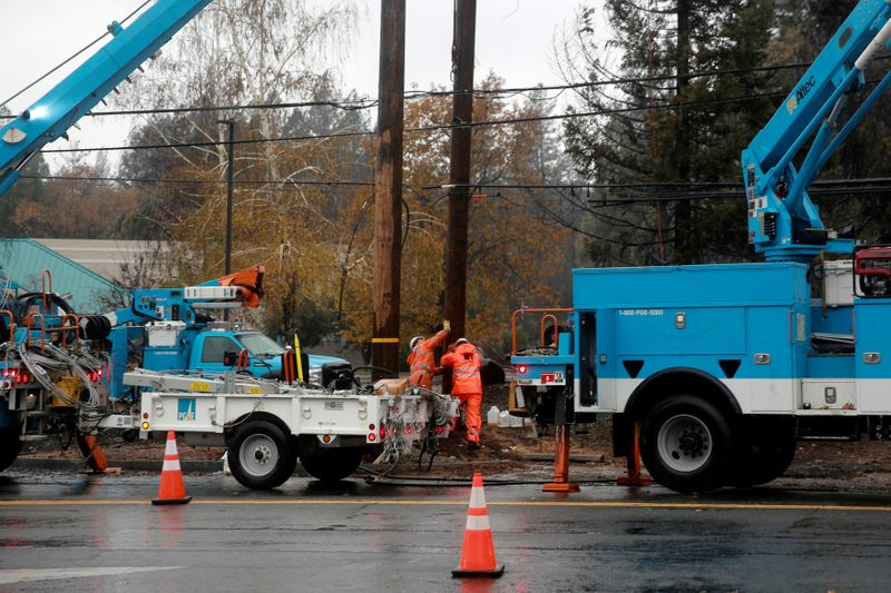 © Reuters. FILE PHOTO: PG&E works on power lines to repair damage caused by the Camp Fire in Paradise