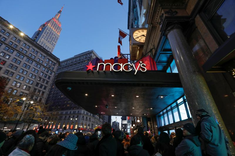 © Reuters. People wait to enter Macy's Herald Square ahead of early opening for the Black Friday sales in Manhattan, New York City