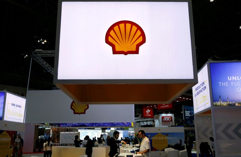 © Reuters. Staff members work at the booth of Royal Dutch Shell at Gastech, the world's biggest expo for the gas industry, in Chiba