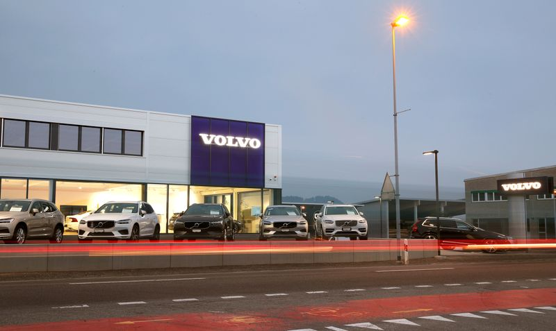© Reuters. FILE PHOTO: A long exposure picture shows cars of Swedish automobile manufacturer Volvo displayed in front of a showroom of Stierli Automobile AG company in St. Erhard