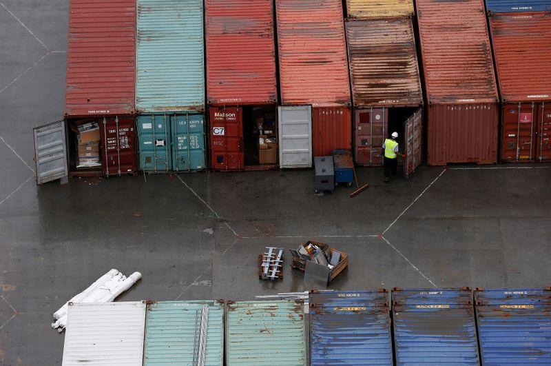 © Reuters. Un trabajador abre la puerta de un contenedor en el puerto de contenedores DP World London Gateway en Essex, sur de Inglaterra