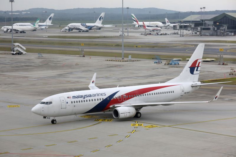 © Reuters. FILE PHOTO: A Malaysia Airlines Boeing 737 plane arrives at Kuala Lumpur International Airport in Sepang