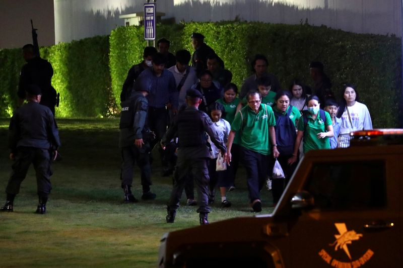 © Reuters. Thailand security forces evacuated people from a shopping mall as they chase a shooter hidden in after a mass shooting in front of the Terminal 21, in Nakhon Ratchasima, Thailand