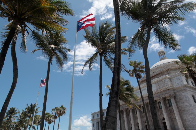 © Reuters. The flags of the U.S. and Puerto Rico fly outside the Capitol building in San Juan
