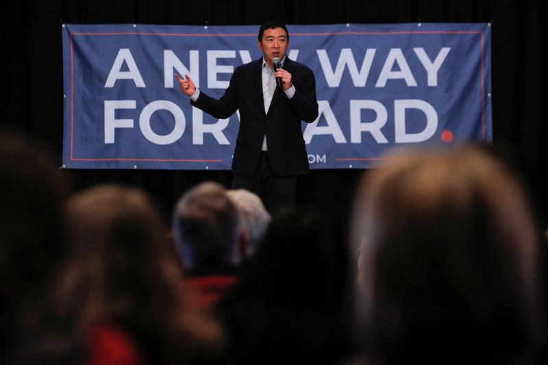 © Reuters. Democratic 2020 U.S. presidential candidate and entrepreneur Yang speaks during a campaign event in Milford
