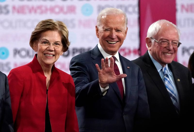 © Reuters. Democratic U.S. presidential candidates Warren, Biden and Sanders stand onstage before the start of the sixth Democratic presidential candidates campaign debate at Loyola Marymount University in Los Angeles