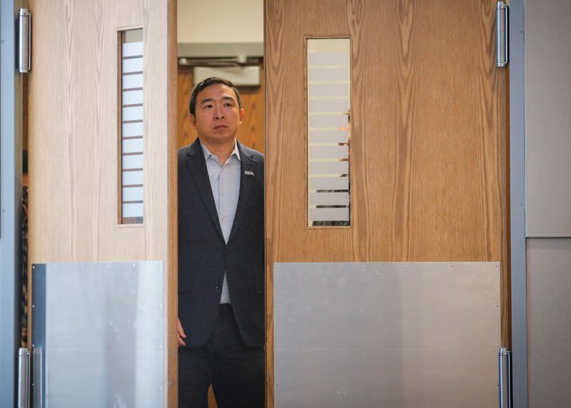 © Reuters. FILE PHOTO: Democratic 2020 U.S. presidential candidate and entrepreneur Andrew Yang waits to be introduced during a campaign event in Plymouth, New Hampshire
