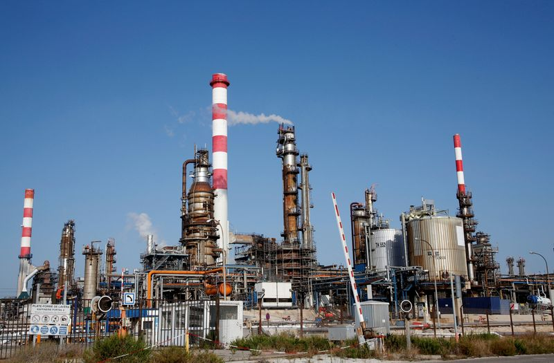 © Reuters. FILE PHOTO:  General view of the Fos-Lavera oil hub near Marseille
