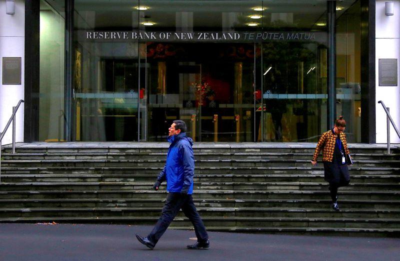 © Reuters. FOTO DE ARCHIVO: Los peatones caminan cerca de la entrada principal del Banco de la Reserva de Nueva Zelanda ubicado en el centro de Wellington, Nueva Zelanda
