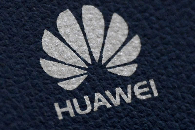 © Reuters. FILE PHOTO: FILE PHOTO: The Huawei logo is seen on a communications device in London, Britain