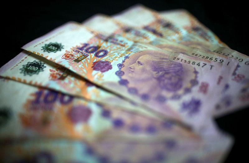 © Reuters. FOTO DE ARCHIVO: los billetes de cien pesos argentinos se muestran en esta ilustración de la imagen