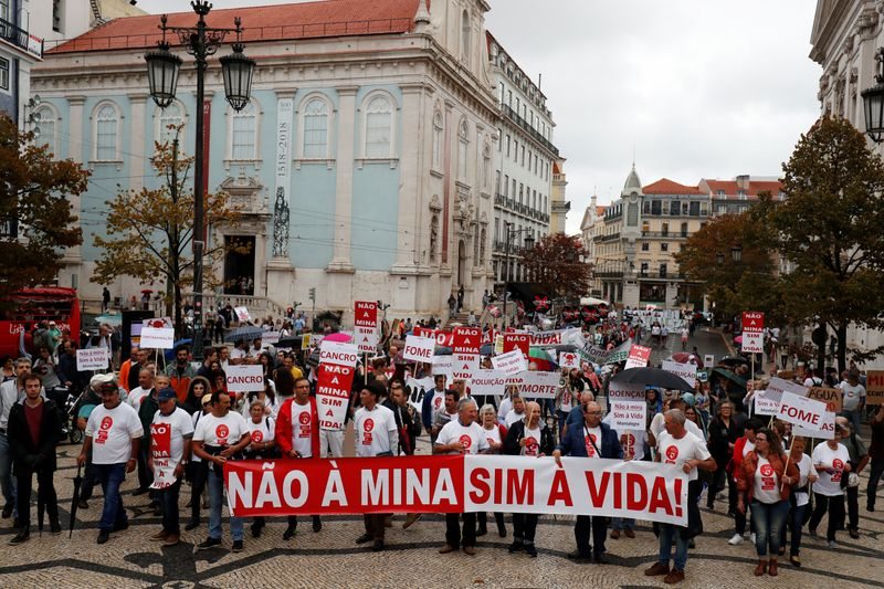 © Reuters. Demonstrators protest against lithium mines in downtown Lisbon