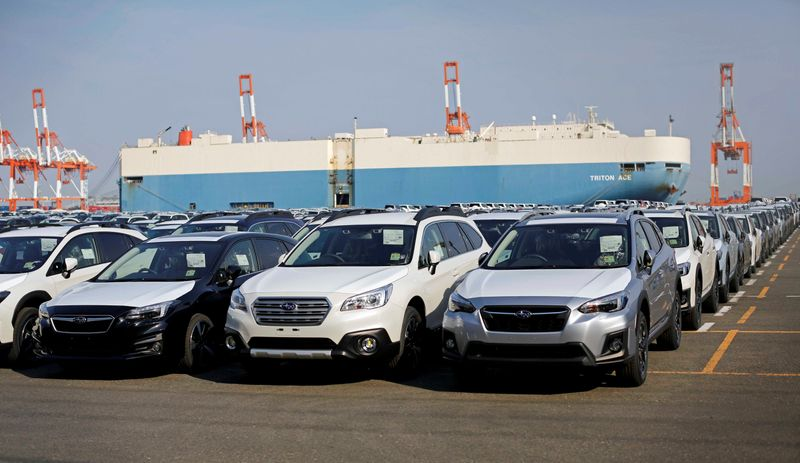 © Reuters. Newly manufactured cars of the automobile maker Subaru await export in a port in Yokohama