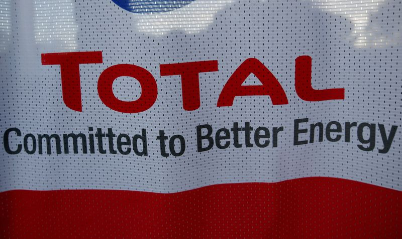 © Reuters. FILE PHOTO: The logo of French oil giant Total pictured at a petrol station in Laplume, France