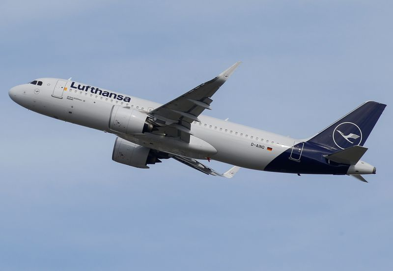 © Reuters. FILE PHOTO: A Lufthansa Airbus A320 takes off at the aircraft builder's headquarters in Colomiers near Toulouse