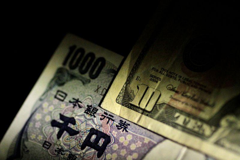 © Reuters. Hình ảnh ghi chú của đồng đô la Mỹ và ghi chú Yên Nhật
