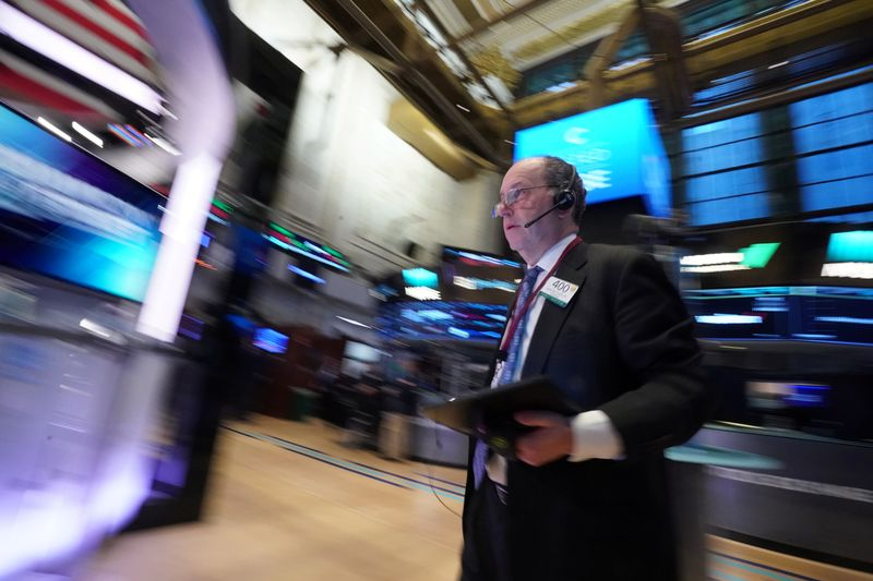 © Reuters. A trader works on the floor of the New York Stock Exchange
