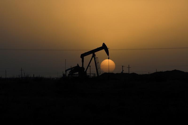 原油先物8%上昇、景気刺激策に期待
